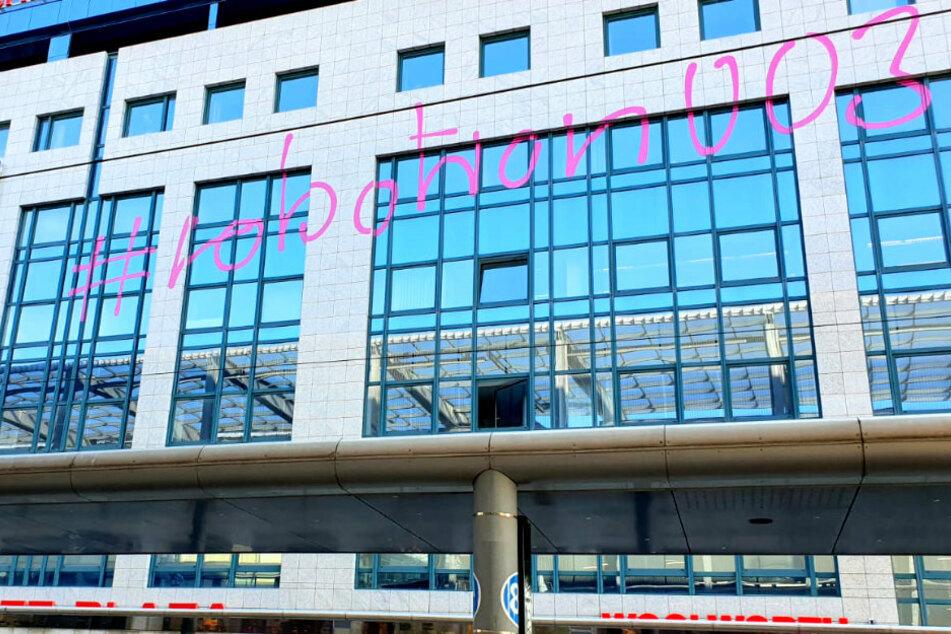 Riesen-Graffiti an der Zenti: Rätselhafter Schriftzug am Chemnitz-Plaza angebracht