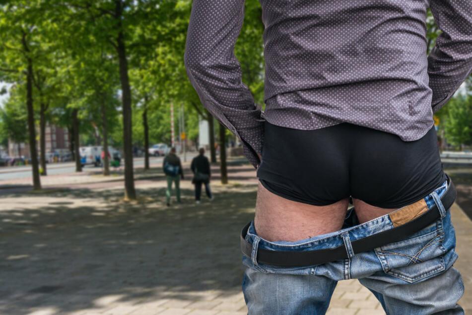 Jugendliche belästigt: Mann entblößt sich in Stadtpark und spielt an sich herum
