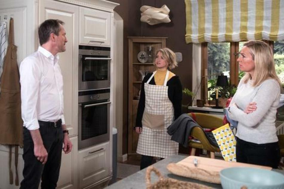 Sara ist tief verletzt, als Andreas sie in einem Streit mit Mona verrät.