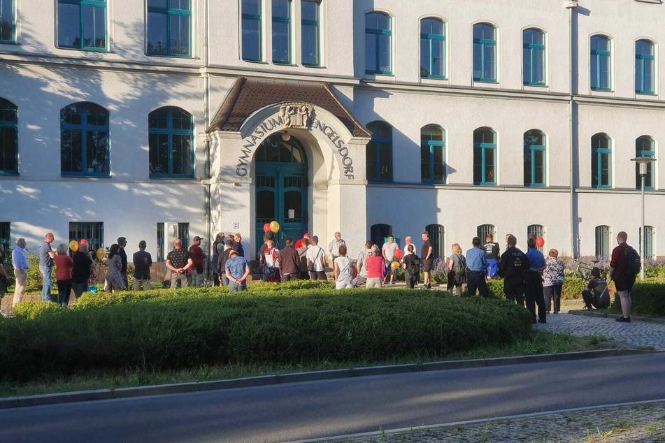 """In Engelsdorf nahmen zeitgleich etwa 30 Personen an einer Kundgebung unter dem Motto """"Gegen Verlängerung der überzogenen Maßnahmen der sogenannten Corona-Pandemie"""" teil."""