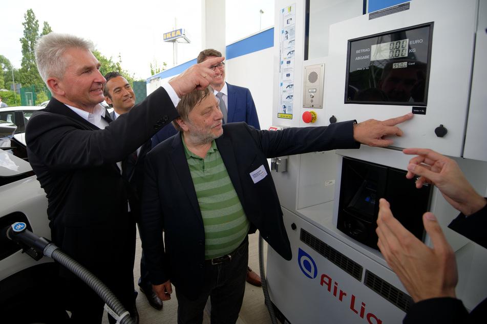 NRW-Wirtschaftsminister Andreas Pinkwart (60, FDP, l.) stellt am Montag eine Strategie vor, die den Einsatz von Wasserstoff beschleunigen soll.