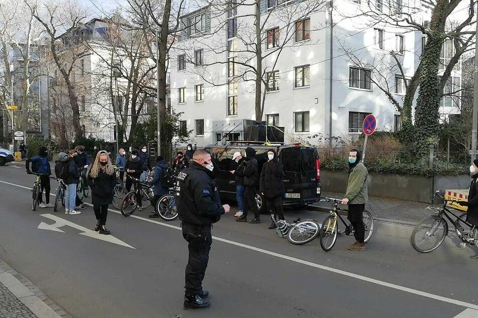 Mehrere Demonstranten sollen sich mittlerweile in Gohlis-Süd eingefunden haben. Eine Spontandemo wurde bis 17.30 Uhr genehmigt.