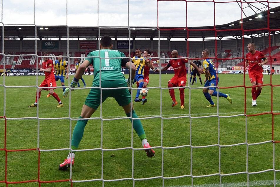 Normalerweise spielt der Hallesche FC im Erdgas Sportpark, wie hier in der Partie gegen Eintracht Braunschweig Anfang Juni 2020. Nun tagt in dem Stadion der Stadtrat. (Archivbild)
