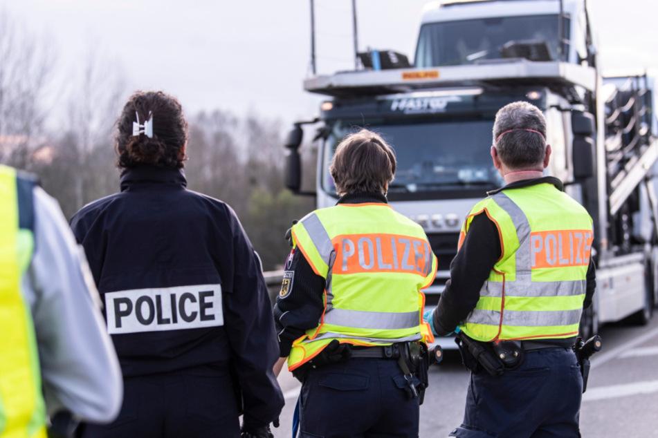 Baden-Württemberg, Goldscheuer: Deutsche Bundespolizisten und französische Beamte der Gendarmerie kontrollieren den Einreiseverkehr aus Frankreich nach Deutschland. Durch den Coronavirus gibt es strenge Grenzkontrollen.