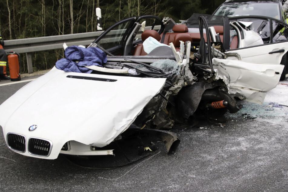 Ein junger BMW-Fahrer musste aus dem Wrack seines Wagens befreit werden.