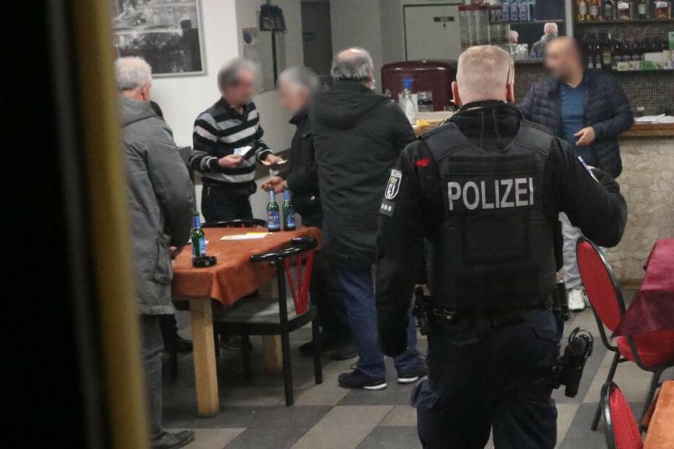 Bei einer Kontrolle zur Einhaltung der Corona-Maßnahmen hat die Polizei Berlin am späten Dienstagabend ein Café in Berlin-Neukölln überprüft.