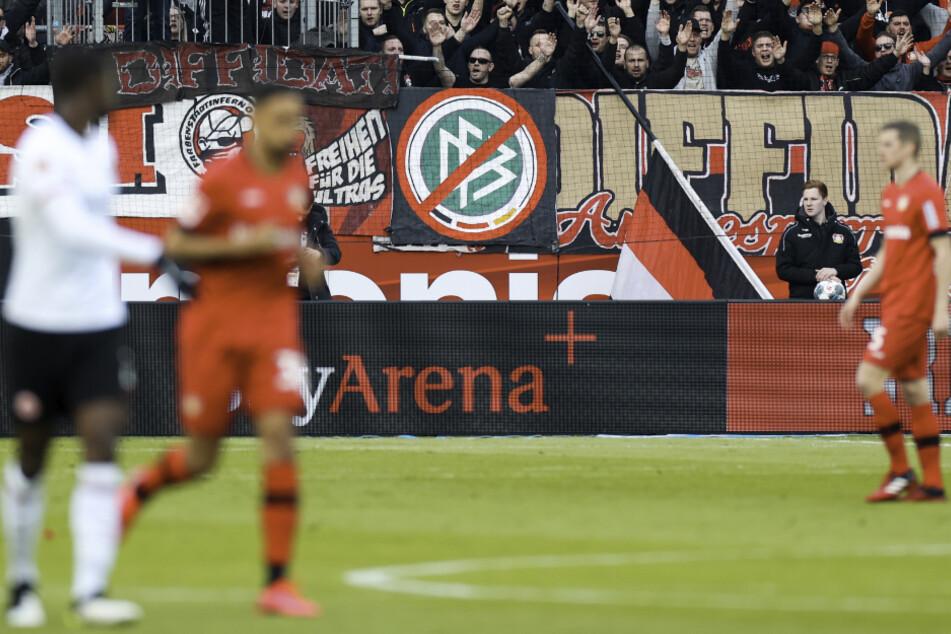 Leverkusens Fans zeigen eine Fahne mit durchgestrichenem DFB-Logo.
