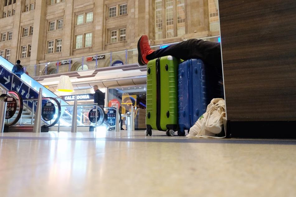 Füße hoch und warten: An Sachsens Bahnhöfen kann es wegen des GDL-Streiks schon mal länger dauern.