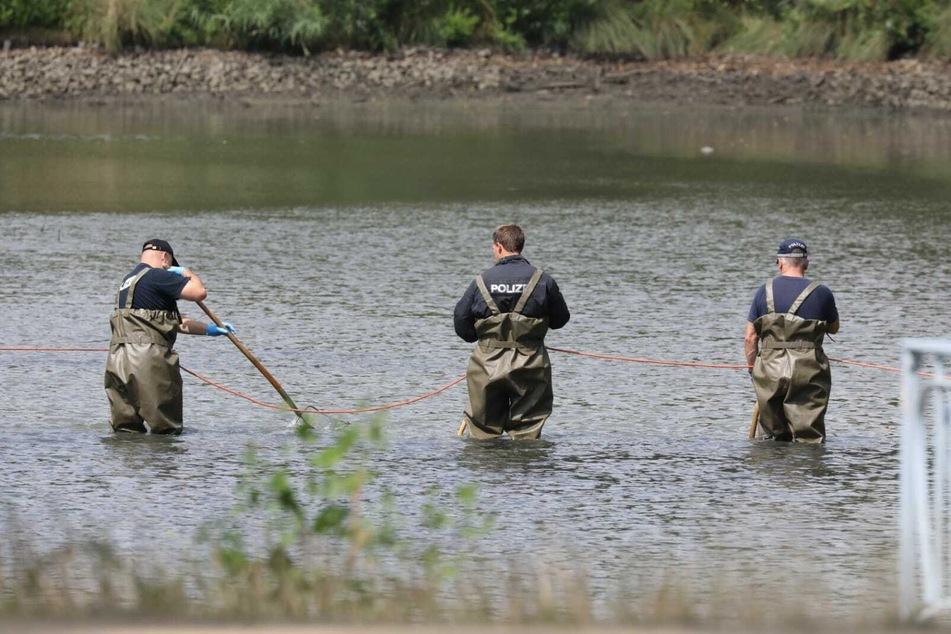 Im Inselteich wurde nach Beweismitteln gefischt.