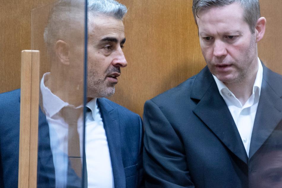 Der Hauptangeklagte Stephan Ernst (r.) steht am Donnerstag vor Verhandlungsbeginn neben seinem Verteidiger Mustafa Kaplan.