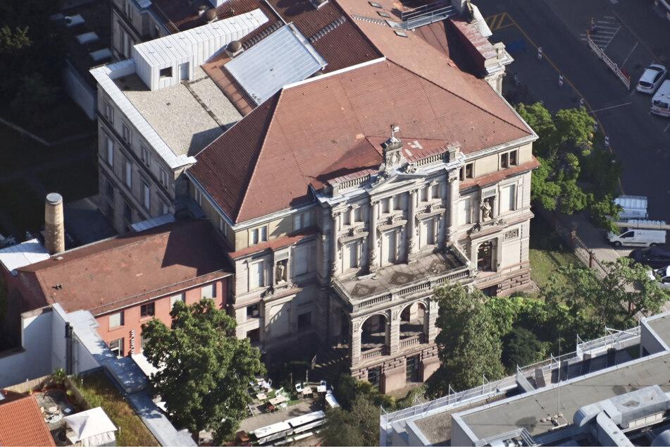 Von 1951 bis 1969 war in dem Gebäude der Sitz des Bundesverfassungsgerichts.