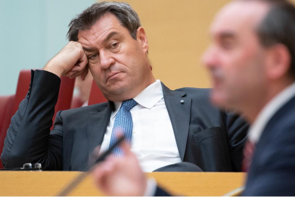 Hubert Aiwanger (r., 50, Freie Wähler), Wirtschaftsminister von Bayern, spricht im bayerischen Landtag während einer Plenarsitzung. Im Hintergrund sitzt Markus Söder (54, CSU), Ministerpräsident von Bayern.