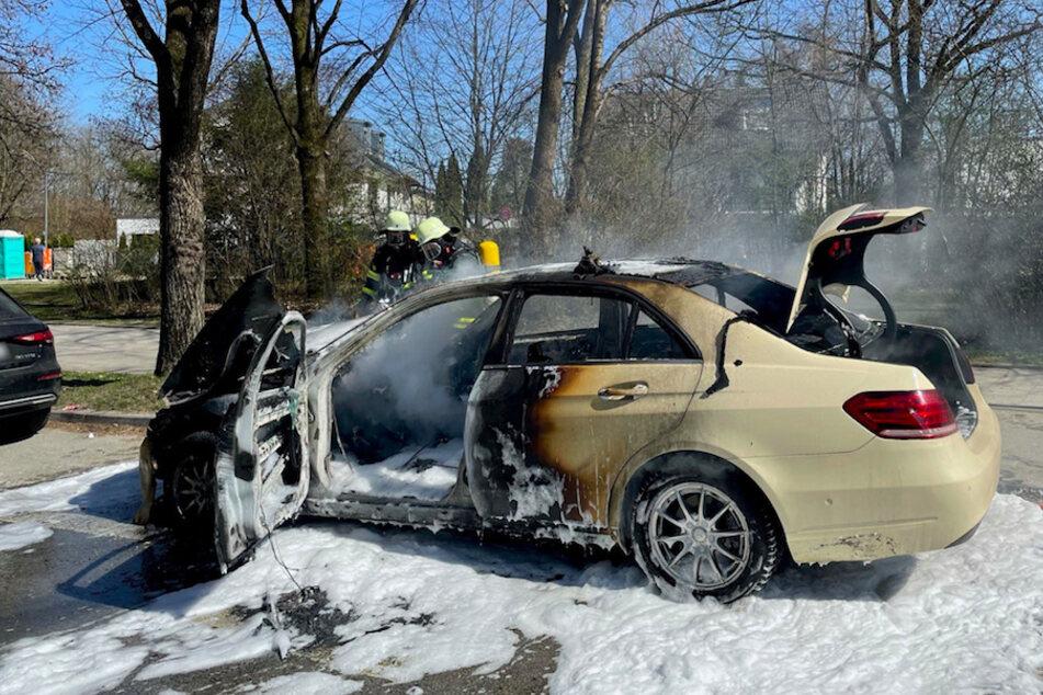 München: Taxi fängt in München Feuer und brennt komplett aus