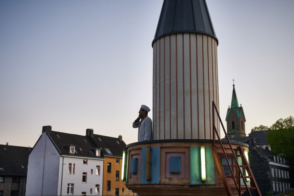 Mustafa Akkaya, Religionsbeauftragter der Gemeinde in Wuppertal steht bei Sonnenuntergang auf dem Minarett der Ditib Zentralmoschee.