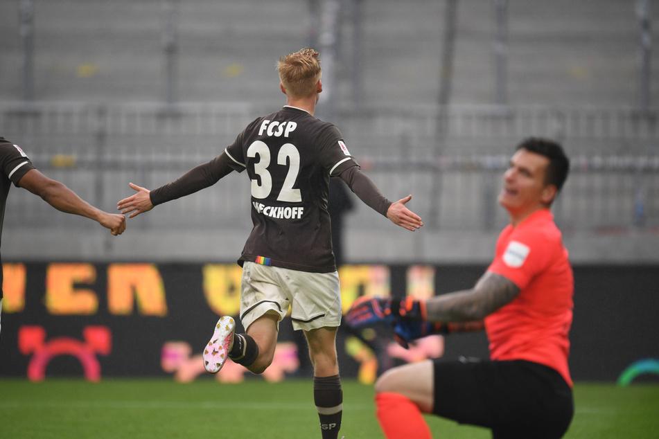 St. Paulis Jannes Wieckhoff jubelt nach seinem sehenswerten Treffer zum 3:0, Heidenheims Torwart Kevin Müller winkt ab.