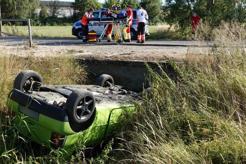 Das Auto landete auf dem Dach im Straßengraben.