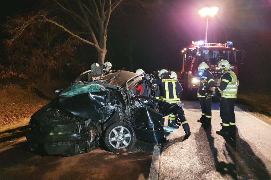 Auto kracht gegen Baum: Fahrer schwer verletzt von Arzt gerettet