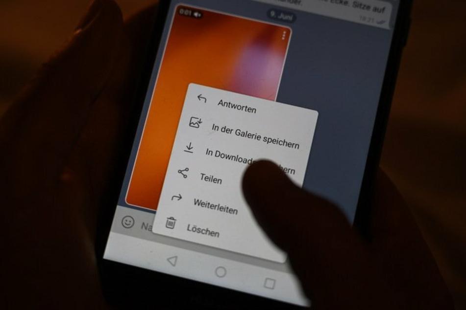 Ein Nutzer ruft das Menü zum Teilen eines Videos auf: Polizeibeamte aus NRW hatten in Chat-Gruppen rechtsextreme Inhalte gepostet. (Symbolbild)