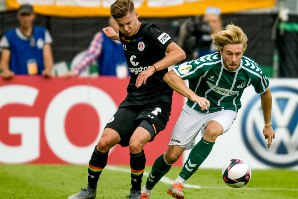 St. Paulis Jakub Bednarczyk (l.) und Lübecks Marcel Schelle kämpfen um den Ball.