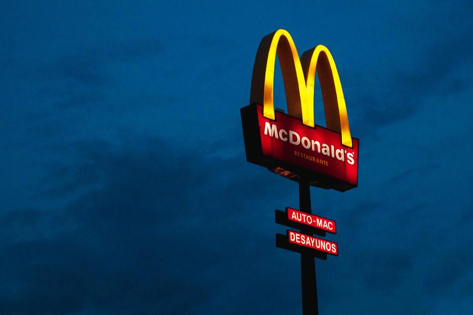 Eine McDonald's-Werbetafel wirbt am späten Abend für das Fast-Food-Lokal (Symbolbild).