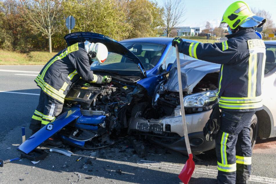 Renault und Nissan kollidieren an Kreuzung: Totalschaden!