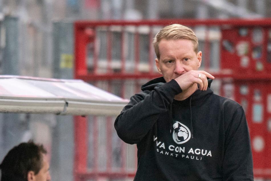 St. Paulis Trainer Timo Schultz (43) zeigte sich von der Spielabsage wenig begeistert.