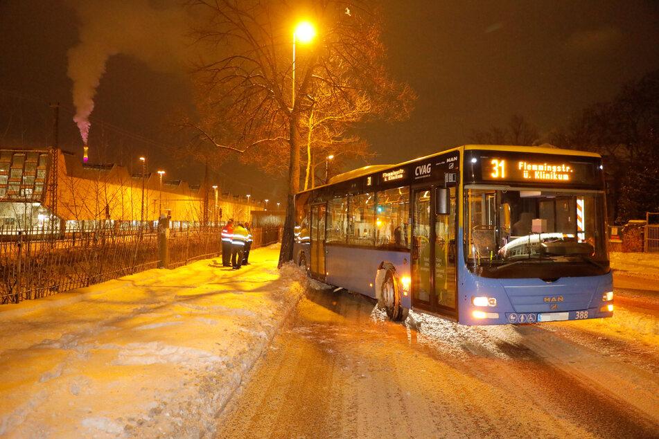 Ein Bus auf Abwegen: In Chemnitz knallte ein CVAG-Bus am Montagabend gegen einen Baum.