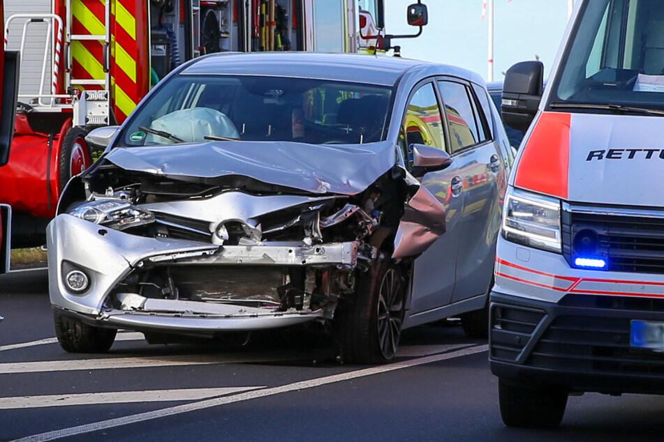 Schwerer Crash an der A4: Toyota kracht in Opel, Fahrer in seinem Auto gefangen
