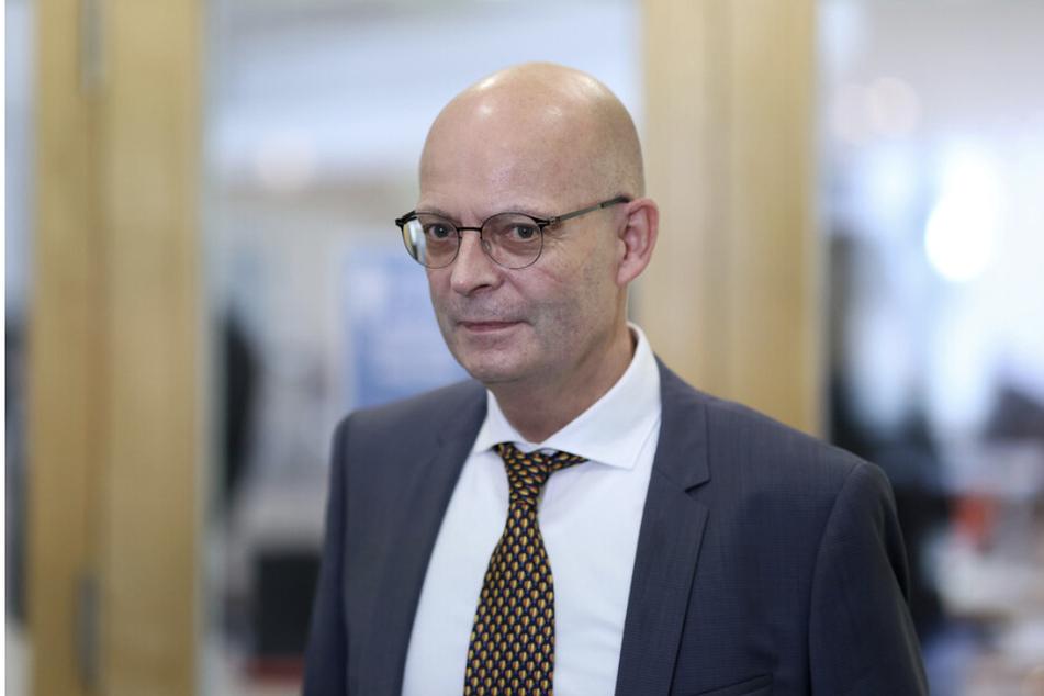 Halles OB Bernd Wiegand (64, parteilos) bleibt suspendiert - außerdem werden seine Bezüge für sechs Monate gekürzt.