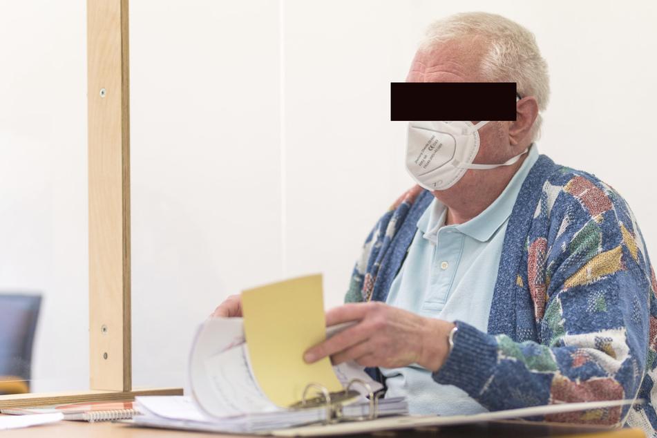Am Montag in bunter Strickjacke statt in schwarzer Robe: Amtsrichter Jürgen K. auf der Anklagebank.