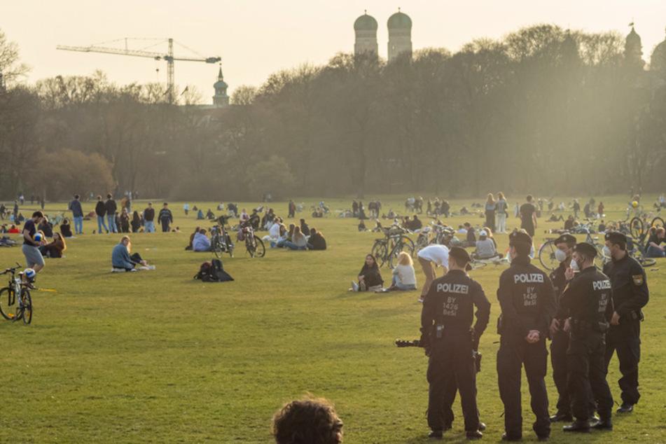 München: 19 Polizisten verletzt: Wütender Mob greift Beamte im Englischen Garten an