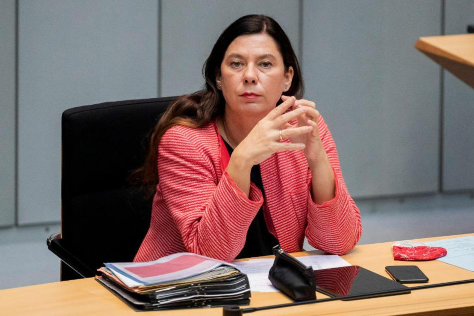In Berlin soll es nach dem Wunsch der Senatsverwaltung für Bildung bald regelmäßige Schnelltests für die Schulen geben. Das sagte Bildungssenatorin Sandra Scheeres (50, SPD) am Mittwoch.
