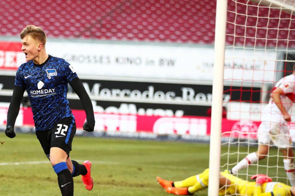 Herthas 17-jähriges Top-Talent Luca Netz (l.) jubelt über seinen Ausgleichstreffer und sein allererstes Bundesliga-Tor.