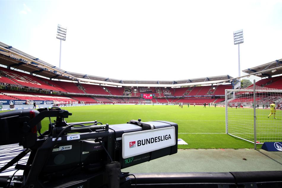 Eine Kamera steht im Nürnberger Stadion. Die Vereine können in diesem Jahr in zwei Phasen nach Spielern Ausschau halten.