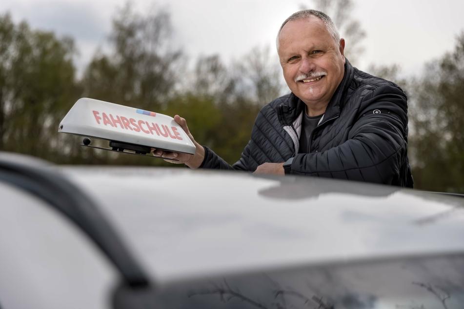 Ihn könnte das alles nichts mehr angehen, aber er macht trotzdem weiter: Fahrlehrer Dietmar Mann (66).