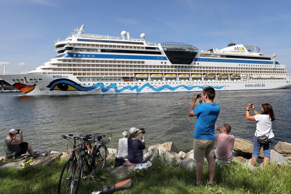 Als erstes von zwei Kreuzfahrtschiffen von Aida Cruises läuft die AIDAmar von der Ostsee kommend ohne Passagiere in den Seekanal von Warnemünde ein, um im Seehafen festzumachen. Dort werden die beiden Luxusliner für die Wiederaufnahme der Kreuzschifffahrt im August vorbereitet und nehmen dazu auch wieder die Besatzungen an Bord.