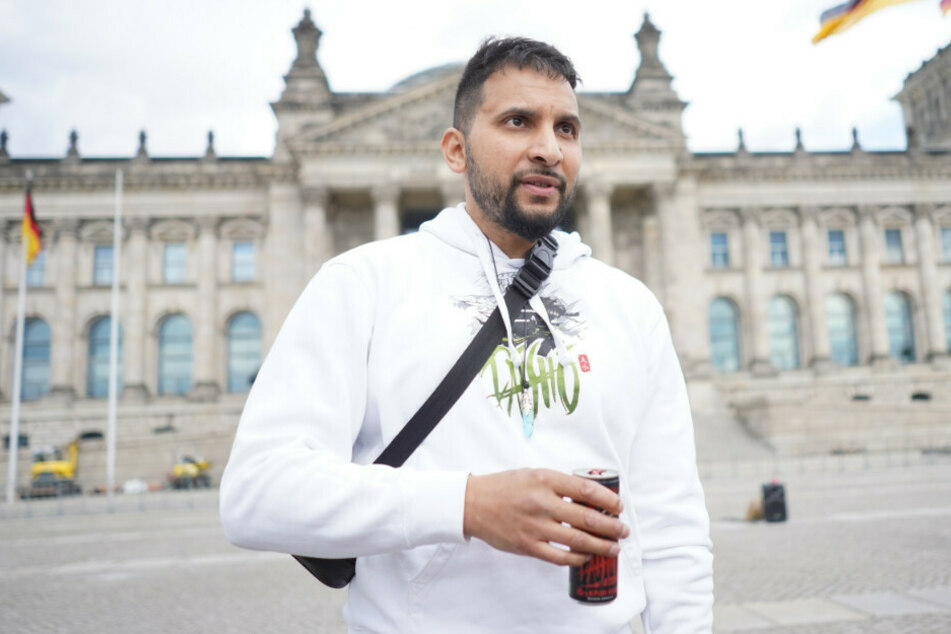 Attila Hildmann (39) steht im Mai 2020 vor dem Reichstag, wo er zu einer Kundgebung aufgerufen hatte.