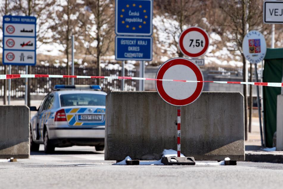 Flatterband und Betonsperren am deutsch-tschechischen Grenzübergang von Bärenstein im Erzgebirge.