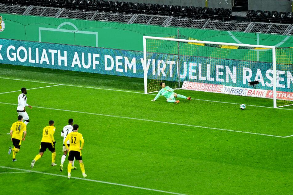 Der Ausgleich in allerletzter Sekunde! Prince Osei Owusu (2.v.l.) schießt per Elfmeter zum 2:2 für den SC Paderborn ein.