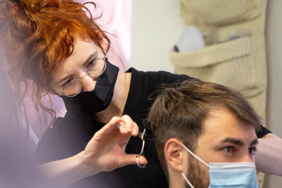 Corona-Testpflicht für Friseurkunden bleibt! Gericht lehnt Eilantrag ab