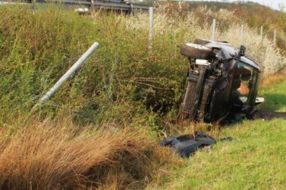 Unfall bei Kaiserslautern: Auto überschlägt sich und kracht in Autobahn-Böschung