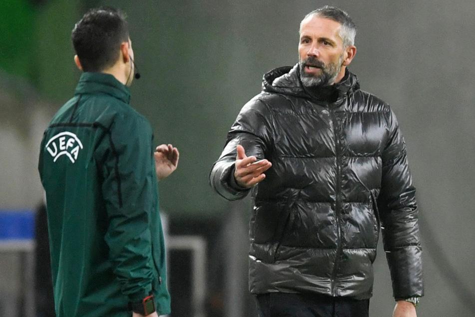 """Marco Rose (44, r.) diskutiert mit dem vierten Offiziellen. Gladbachs Coach ärgerte sich, dass beide """"50:50-Entscheidungen"""" gegen seine Mannschaft gewertet wurden."""