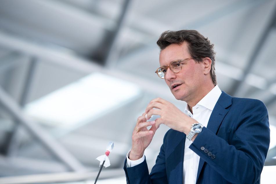 Verkehrsminister Hendrik Wüst (45, CDU) plant mit Investitionen für den Bau von Radwegen in NRW.