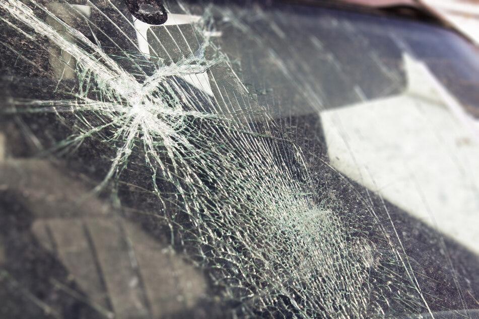 Der Täter machte sich in einer Tiergarage an 13 Autos zu schaffen und schlug ihre Windschutzscheibe ein. (Symbolbild)