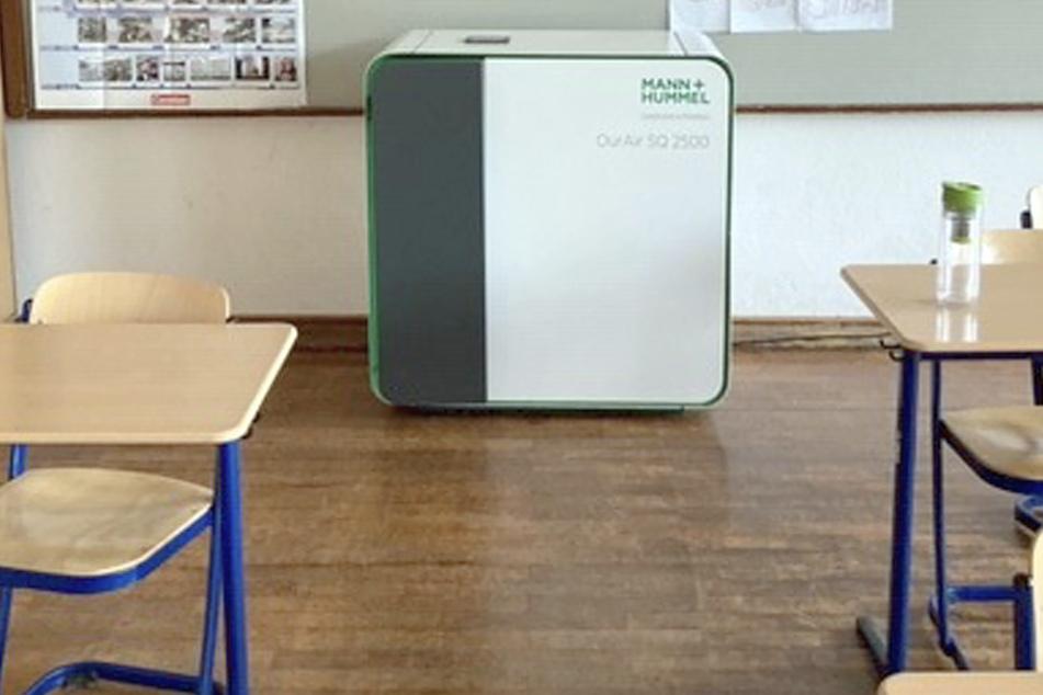 Eines von den mobilen Filtergeräten, dessen Wirkung in einer Stuttgarter Studie untersucht wurde, steht im Klassenraum einer Schule. Alle Klassenräume bundesweit können noch nicht damit ausgestattet werden.