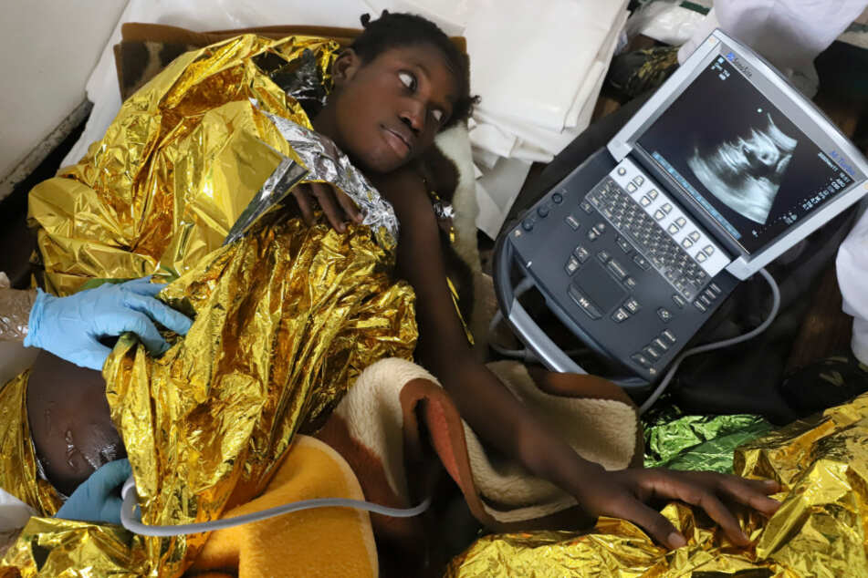 Eine schwangere Frau bekommt an Bord einen Ultraschall.