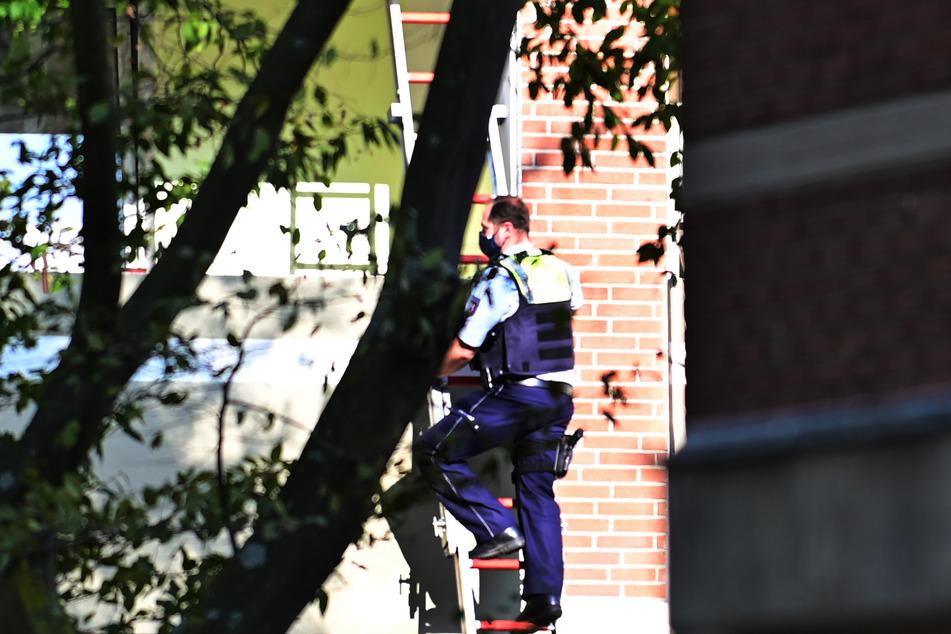 Die Einsatzkräfte hatten zunächst befürchtet, dass ein Mann nach der Misshandlung seiner Frau auch den vier gemeinsamen Kindern etwas antun könnte. Spezialkräfte umstellten stundenlang das Haus.