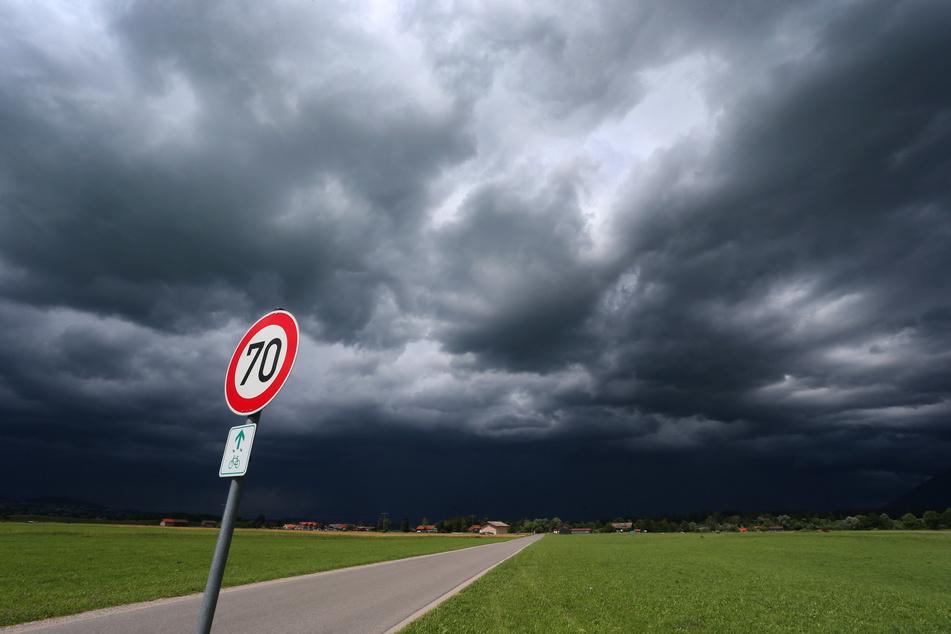 Nach einer längeren Trockenphase mit wenig Regen werden am Dienstag in Bayern Schauer und Gewitter erwartet. (Symbolbild)