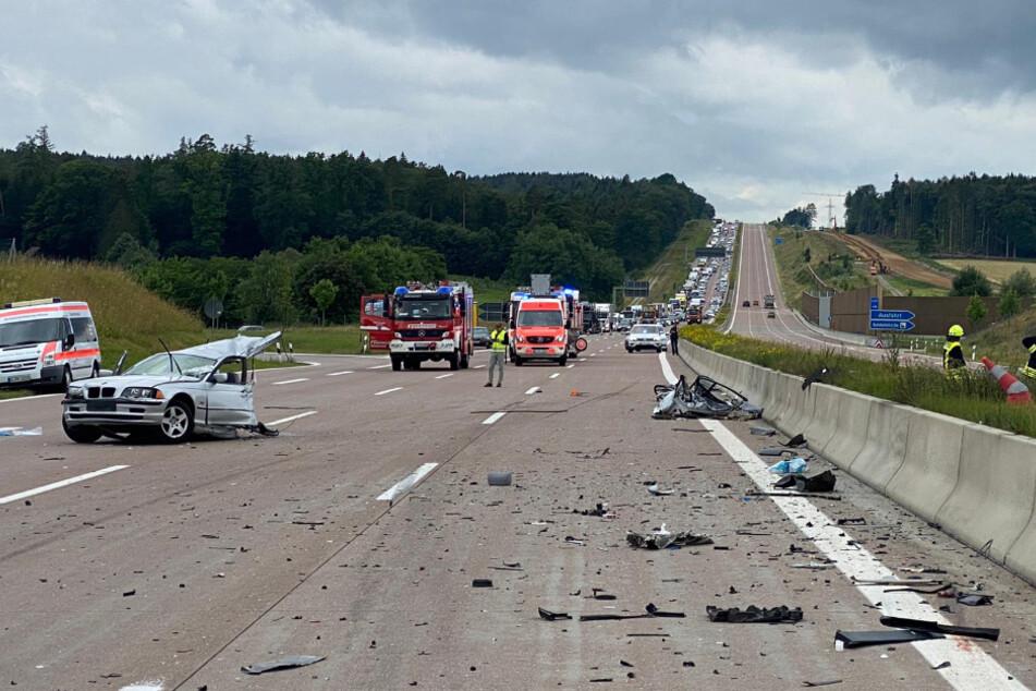 Horror-Unfall auf A8: BMW in zwei Teile gerissen, eine Tote und vier Verletzte