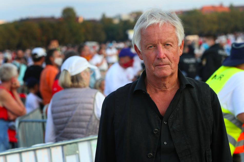 Jürgen Fliege, Fernsehpfarrer, steht auf der Theresienwiese bei einer Demonstration gegen die Corona-Maßnahmen nach seiner Rede neben der Bühne.